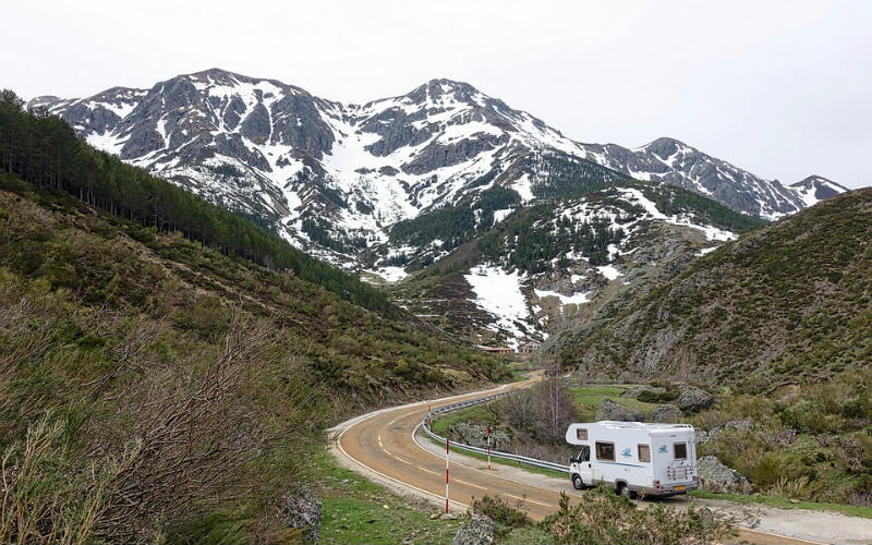 motorhome_road_mountains