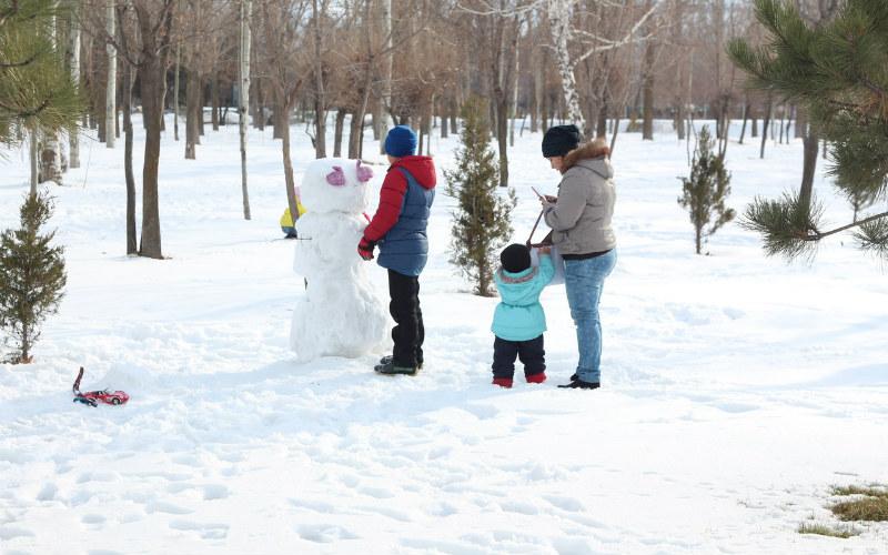 Family snow snowman